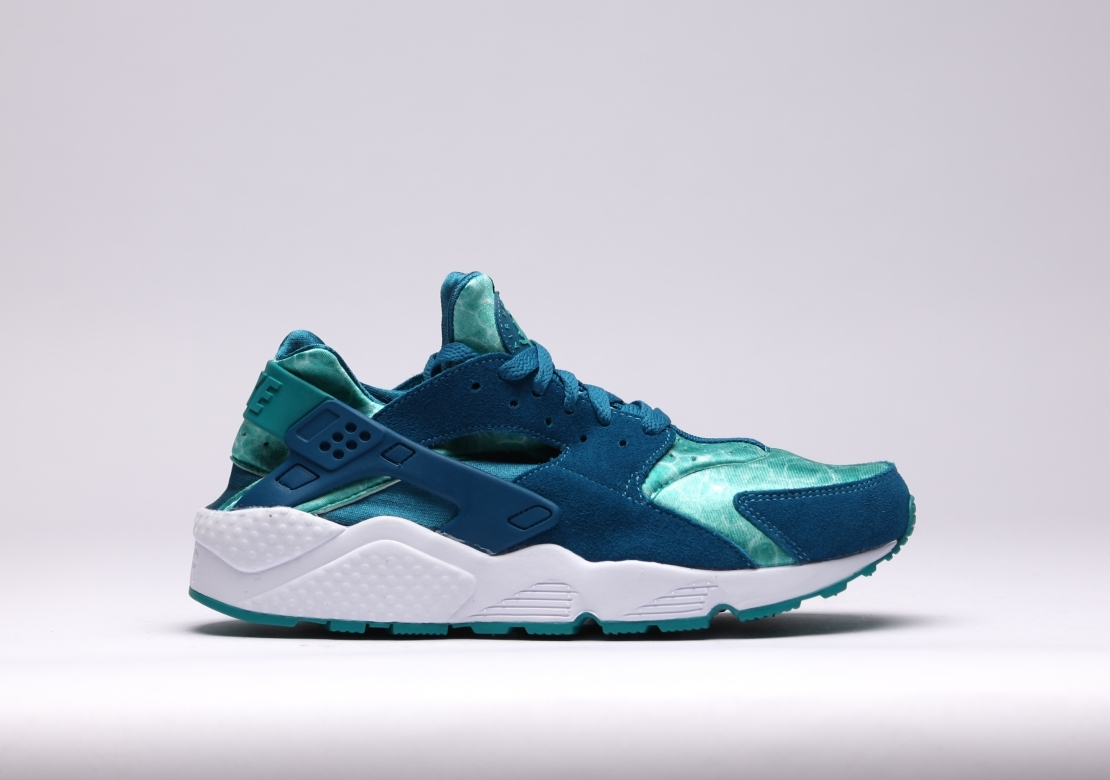 """Nike relinquishes another eye catching iteration of their now highly  popular Air Huarache silhouette, with a bright colorway of """"Green Abyss/Turbo  Green""""."""